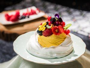 vanilla cream-filled meringues with berries